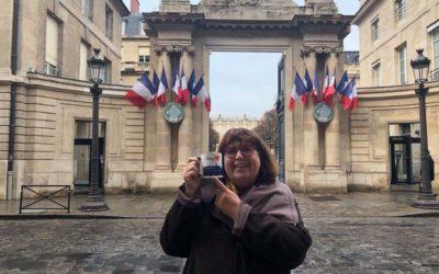 Mireille Robert avec le mug Limoux'In à l'Assemblée Nationale